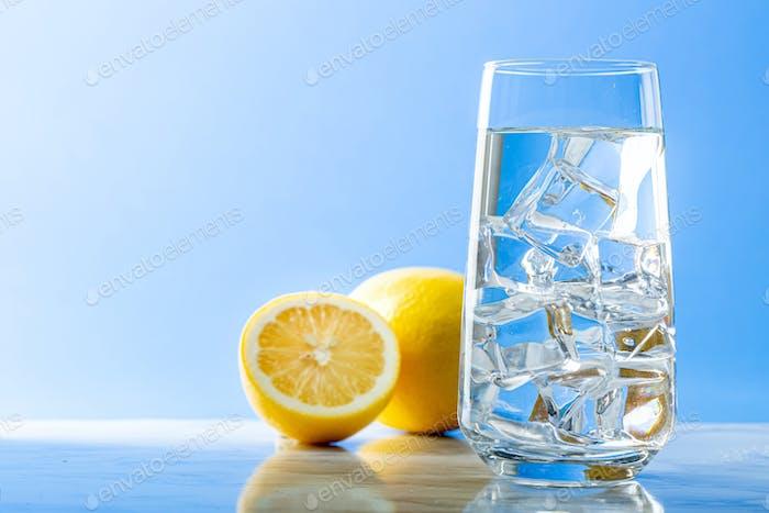 Frisch- und Reinwasserkonzept, Wasserglas isoliert
