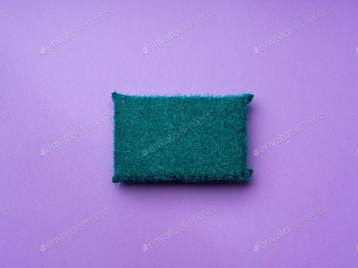 Esponja de limpieza sobre fondo morado