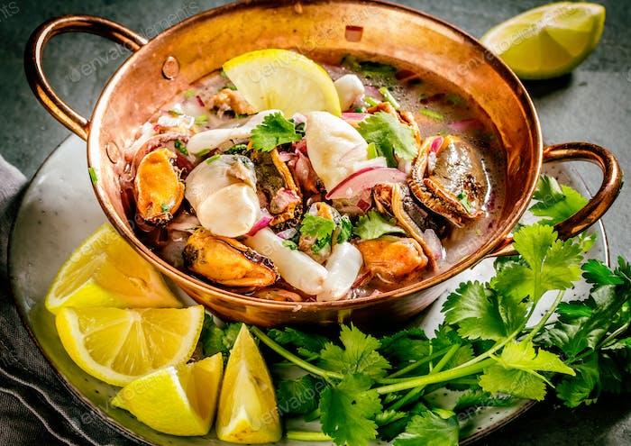 Peruanische lateinamerikanische Meeresfrüchte Schalentiere ceviche cebiche