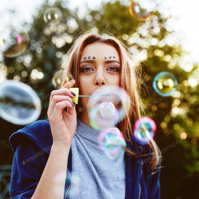 Junge Frau Porträt Blasen Seifenblasen