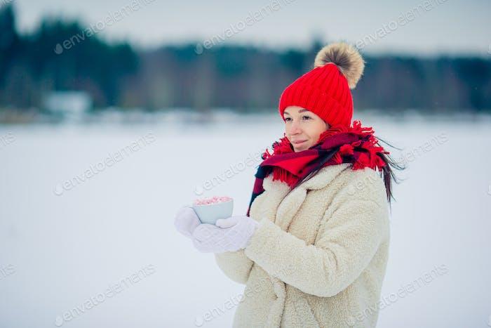 Weibliche Hände Holdink weiße Tasse Kaffee mit weißen und rosa Marshmallows