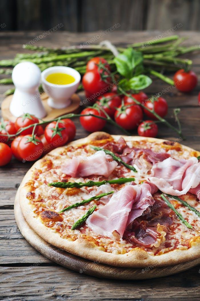 Italienische Pizza mit Schinken und Spargel