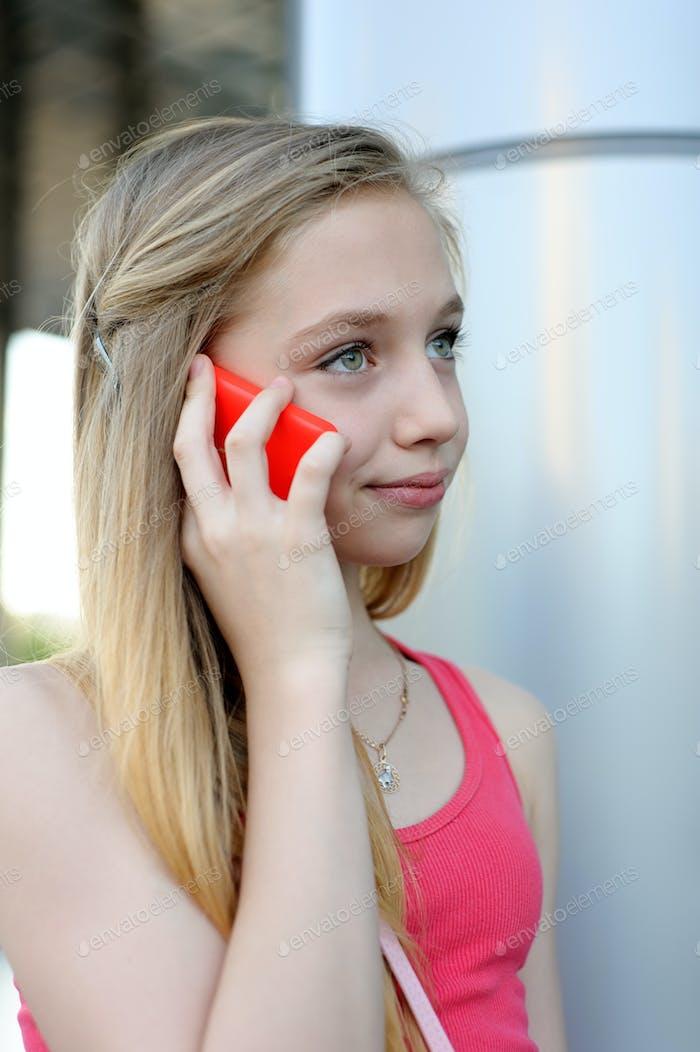 Junges Mädchen im Gespräch am Telefon im Freien