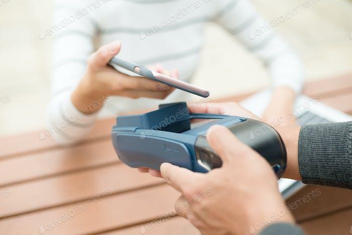 Bezahlen mit Smartphone am Posterminal