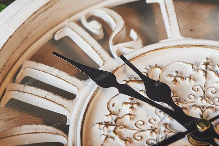 Frohes Neues Jahr um Mitternacht 2018, Alte hölzerne Uhr
