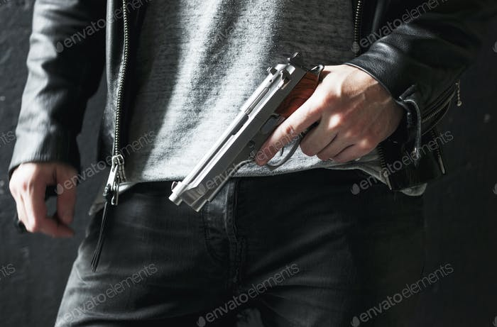Mann hält eine Waffe