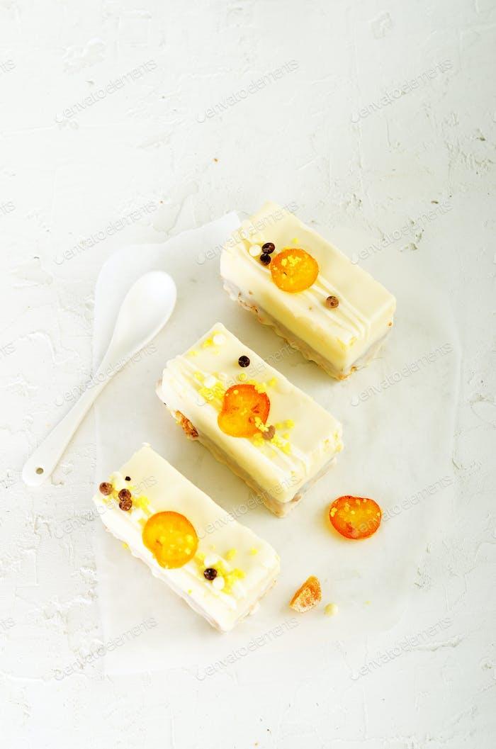 Weiße Kuchen und zwei Teelöffel für Mutter, Frau oder Freundin auf Betonuntergrund. Freier Speicherplatz für