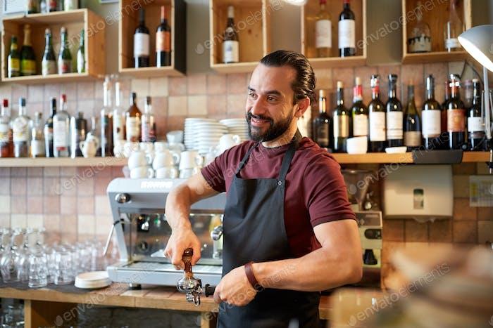 barista avec support et falsification au café