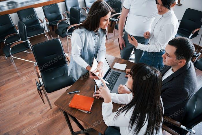 Aufmerksamkeit für Details. Geschäftsleute und Manager arbeiten im Klassenzimmer an ihrem neuen Projekt