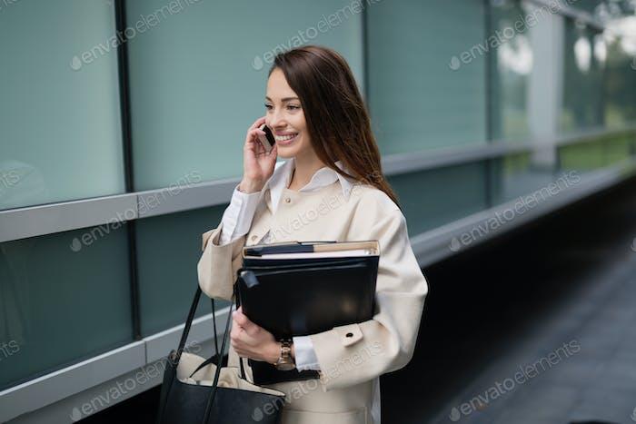 Geschäftsfrau unsing Telefon