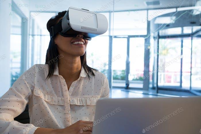 Weibliche Führungskraft mit Virtual Reality Headset