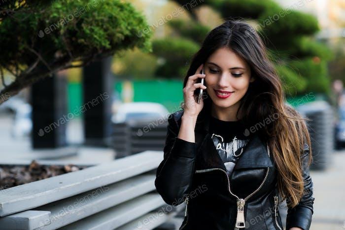 Schuss der Schüler sprechen am Telefon im Freien