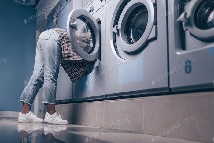 chica joven en la lavadora