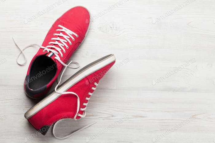 Paar rote Turnschuhe