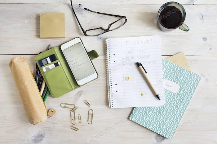 To-do-Liste, Smartphone und Bürobedarf am Schreibtisch