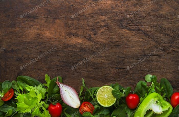 Gesunde Ernährung Hintergrund mit verschiedenen grünen Kräutern und Gemüse.