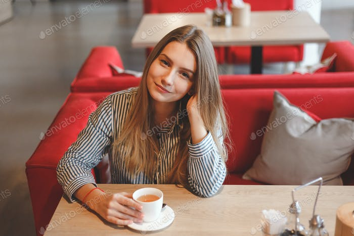 Junge Frau trinken Tee in einem Café