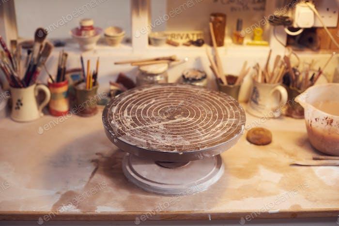 Plattenspieler zum Dekorieren von handgemachter Keramik auf Werkbank im Keramikstudio
