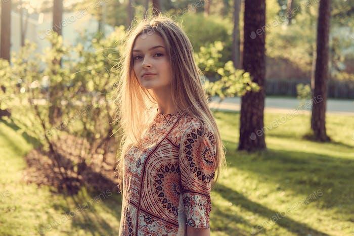 A girl in an autumn park.