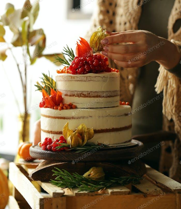Festlicher Kuchen mit Herbstdekor