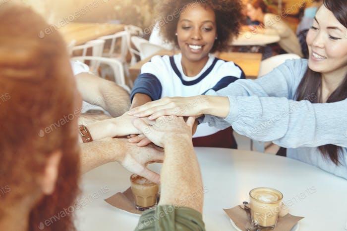 Ideas, cooperación y concepto de lluvia de ideas. Grupo multirracial de jóvenes mostrando su unidad
