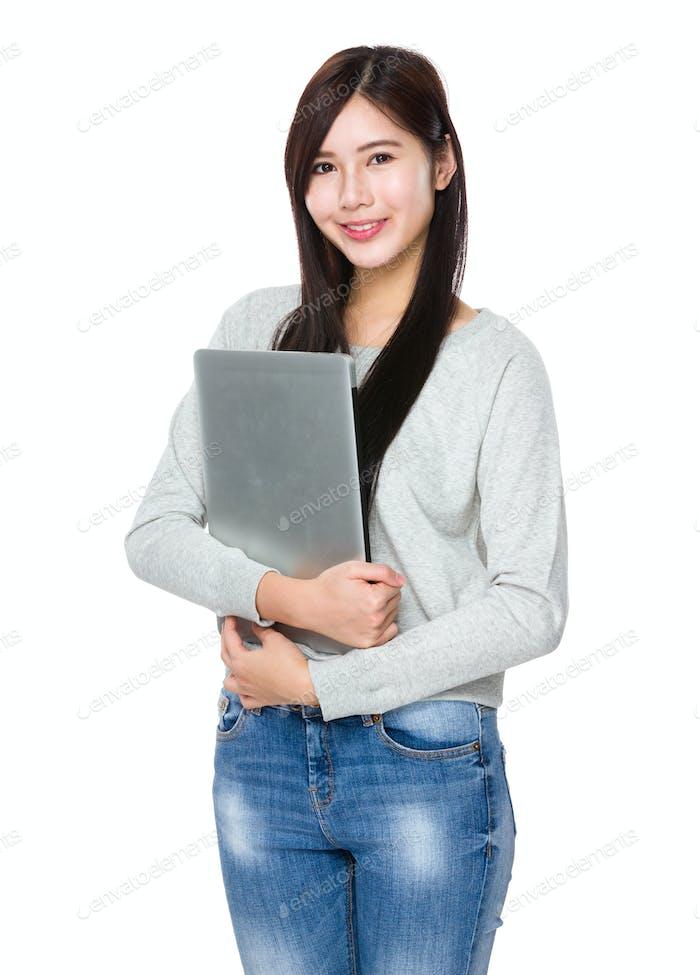 Junge Frau halten mit Laptop-Computer