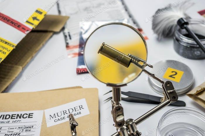 Expertenpolizei untersucht eine Kugelkappe im wissenschaftlichen Labor mit Lupe