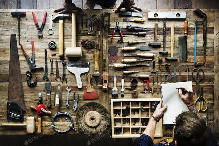 Aéreo de carpintero Hombre con equipo de herramientas Trabajo Kit