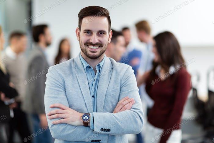 Gruppenbild des Geschäftsmanns posiert im Büro