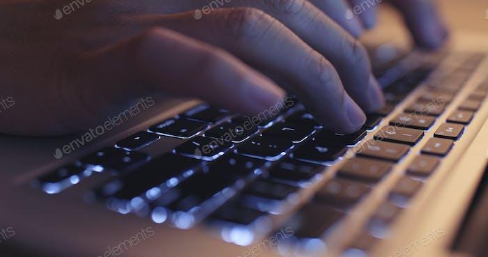 Hände, die auf einer Laptop-Tastatur tippen