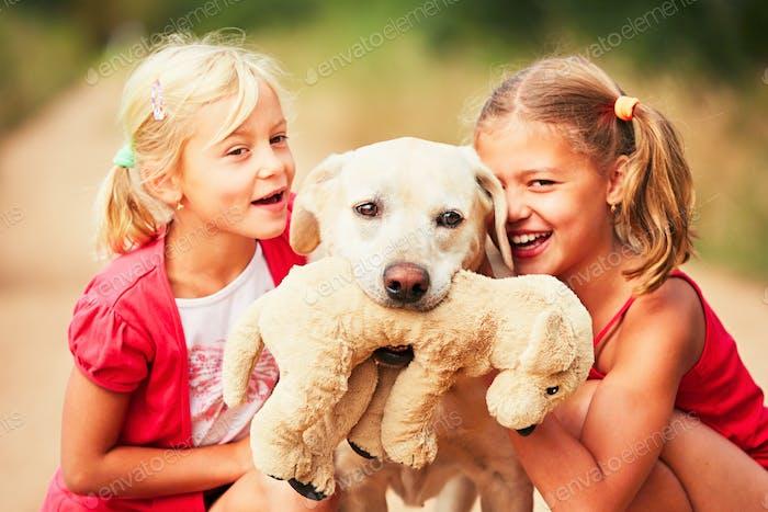 Schwestern mit Hund.