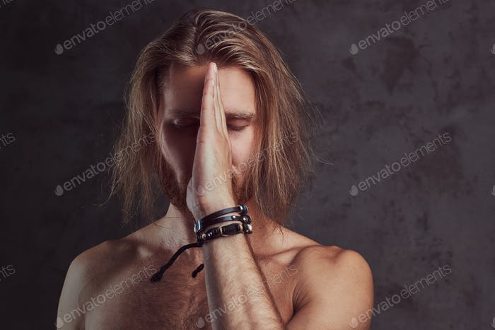 Porträt von hemdlosen Rothaarigen gutaussehenden Mann, isoliert auf dunklem Hintergrund.