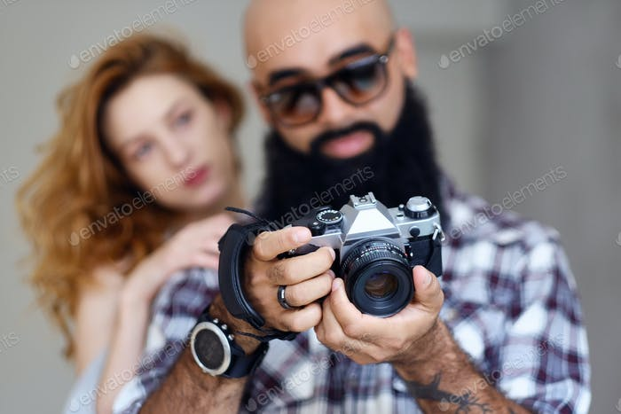 Любительский бородатый фотограф и рыжая самка.