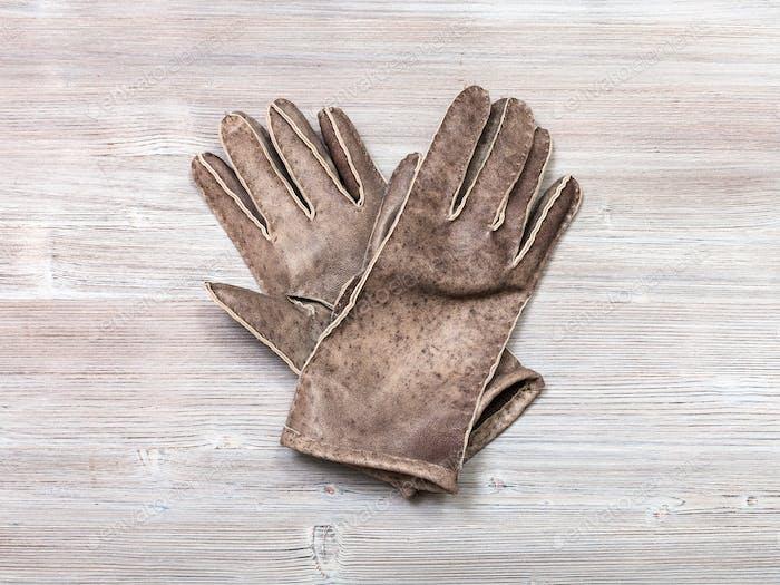 neue handgefertigte Lederhandschuhe auf dem Tisch