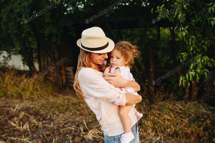мать и дочь вместе на открытом воздухе