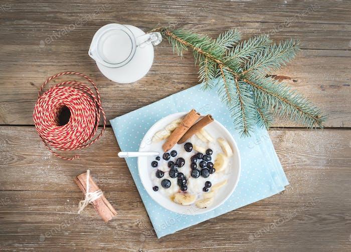 Rice porridge with milk, cinamon, banana and blueberry with Chri
