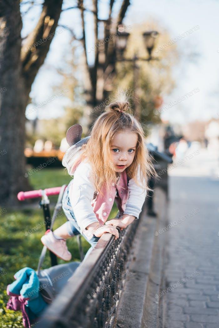Kleines Mädchen auf der Straße
