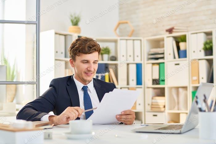 Erfolgreicher Geschäftsmann Dokumente lesen