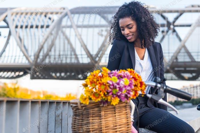 Бизнес черная женщина с винтажным велосипедом
