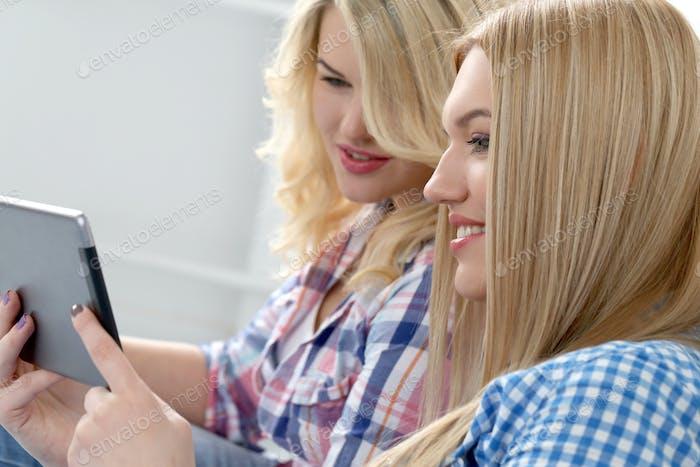 Beste Freunde mit Tablet