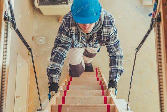 Arbeiter klettern auf Dachboden Treppe