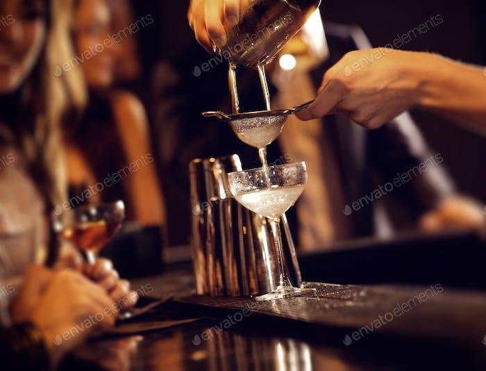 Barman servieren Cocktail-Drinks
