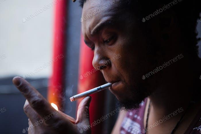 Nahaufnahme des Mannes Rauchen Zigarette