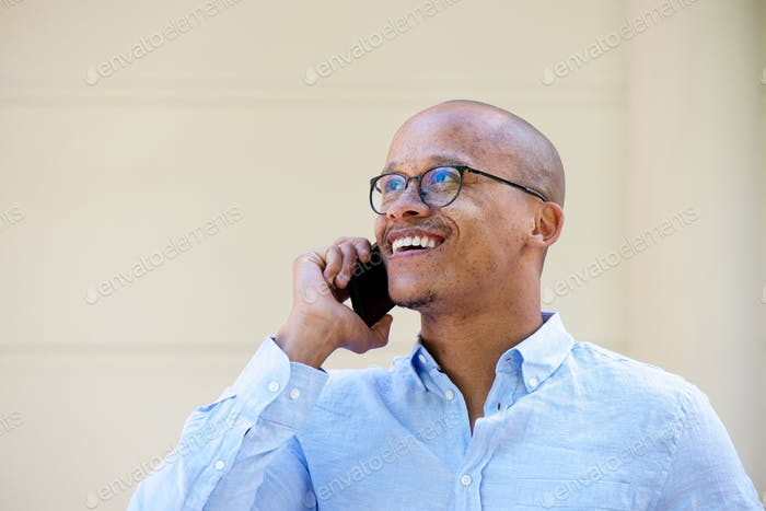 candid Porträt der afrikanischen Geschäftsmann im Gespräch auf Handy