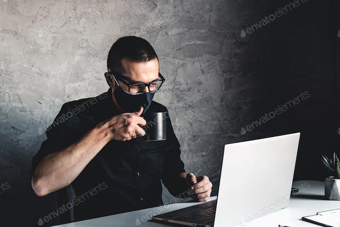 Мужчина работает или учится во время карантина за компьютером. Пандемия