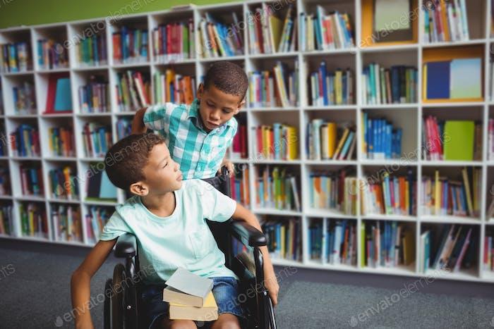 Niños pequeños sosteniendo libros