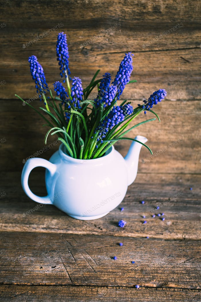 Blaue Blumen in einer Vase. Vintage-Design