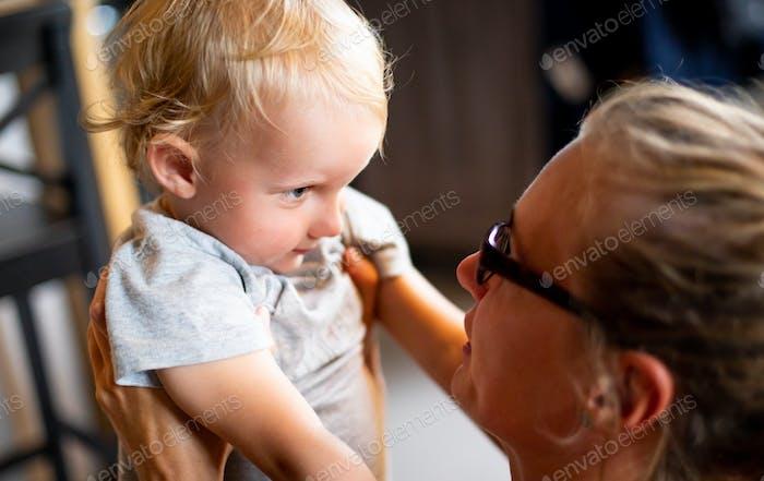 Junge Mutter schimpf sein Kind Sohn zu Hause
