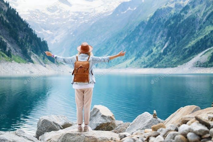 Путешественник смотрит на озеро в Австрии. Путешествия и туризм