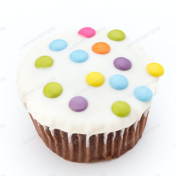 Mehrere bunt verzierte Muffins auf weißem Hintergrund.